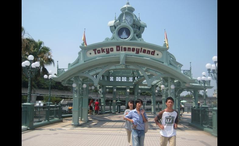 Guests at Tokyo Disneyland, 2010/via Flickr Creative Commons